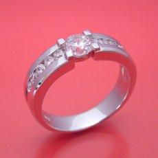 画像4: 堂々とした風格が漂う婚約指輪 (4)