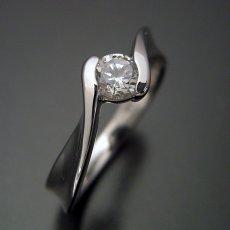 画像1: 本当に美しいひねりの婚約指輪 (1)
