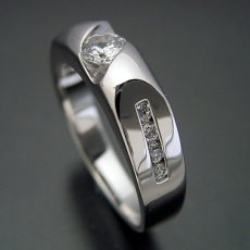 画像1: 適度にスタイリッシュなデザインの婚約指輪 (1)