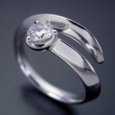 画像4: スッキリとしてシンプルな婚約指輪 (4)