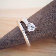 画像2: スッキリとしてシンプルな婚約指輪 (2)