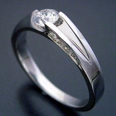 画像1: 背中がセクシーな婚約指輪 (1)