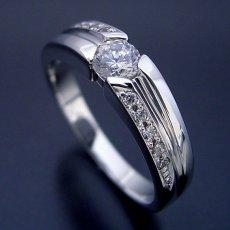 画像1: シンプルなデザインに控えめなダイヤモンドが上品な婚約指輪 (1)