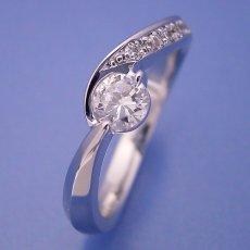 画像1: シンプルで相当スタイリッシュな婚約指輪 (1)