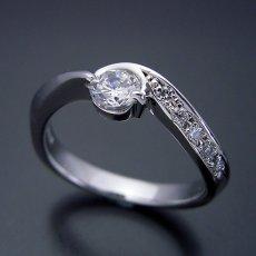 画像2: シンプルで相当スタイリッシュな婚約指輪 (2)