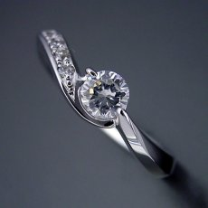画像4: シンプルで相当スタイリッシュな婚約指輪 (4)