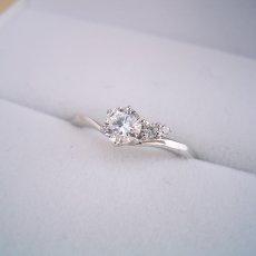 画像1: 2つのサイドメレダイヤが凄く可愛い、ずっと作りたかった婚約指輪 (1)