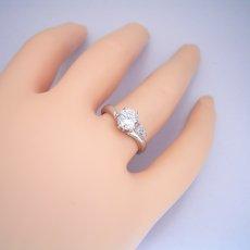 画像2: 1カラット版:2つのサイドメレダイヤが凄く可愛い、ずっと作りたかった婚約指輪 (2)