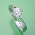 面がシャキッとして硬質な婚約指輪[BE-51]