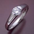 甲丸リングにダイヤモンドを埋め込んだ婚約指輪 [BE-58]