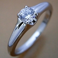 隠れた4本爪デザインの婚約指輪[BE-64]