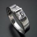 プリンセスカットダイヤモンドをスタイリッシュに使った婚約指輪[PR020]