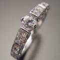 細身で豪華な指が綺麗に見える婚約指輪[R4420改]