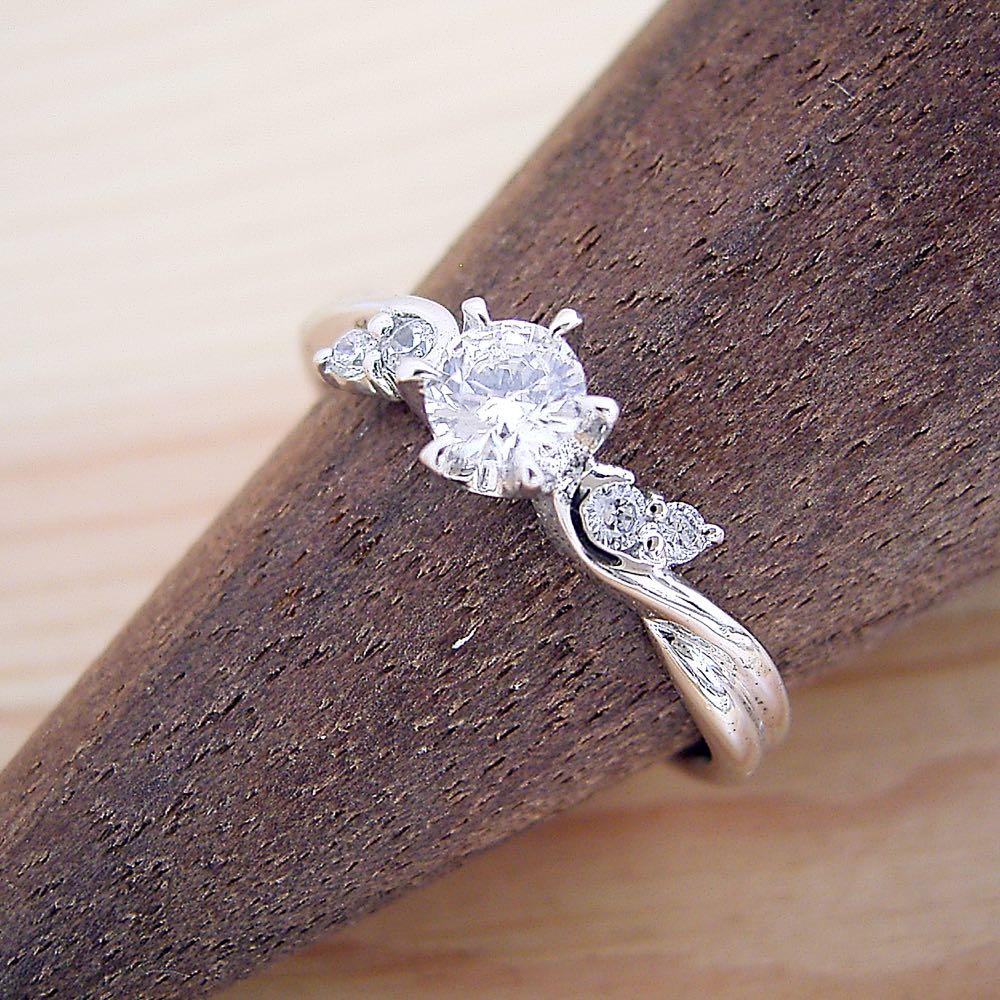 画像1: 天使の羽デザイン6本爪の婚約指輪 (1)