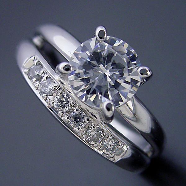 1カラット版:1本の指輪なのに重ね着けしているような婚約指輪