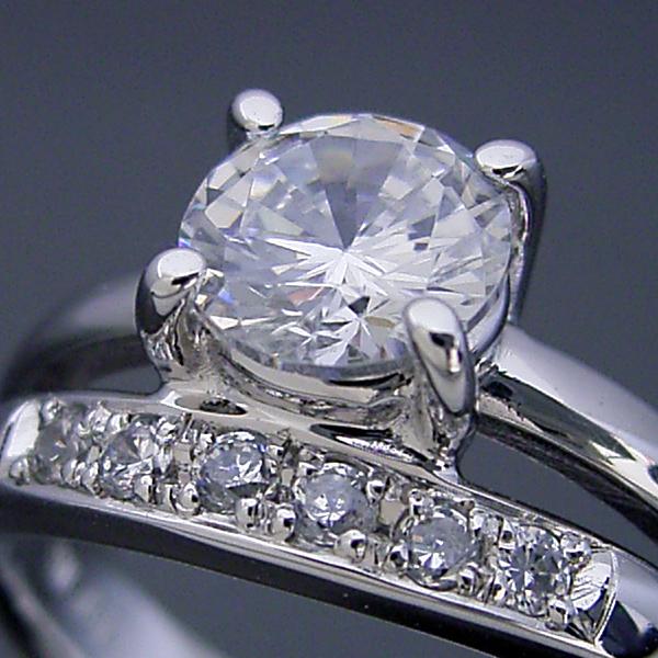 画像1: 1カラット版:1本の指輪なのに重ね着けしているような婚約指輪 (1)