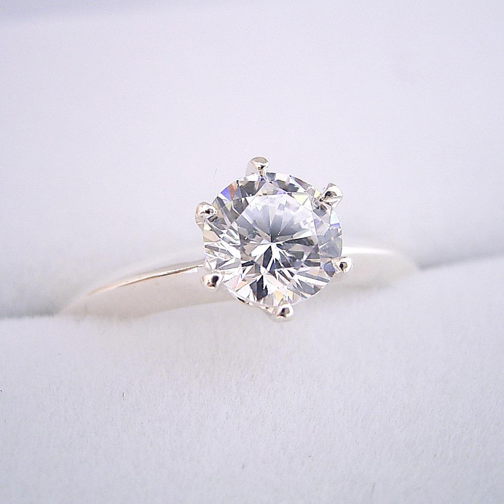 画像1: 1カラット版:どの指輪のデザインとも違う、6本爪ティファニーセッティングタイプの婚約指輪 (1)