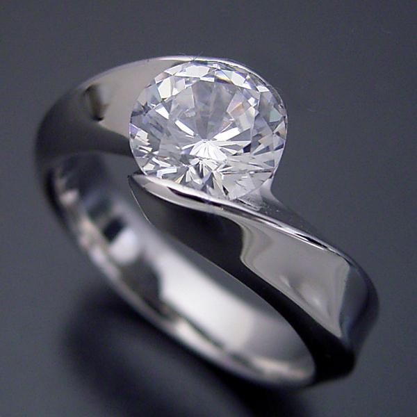 画像1: 1カラット版:面がシャキッとして硬質な婚約指輪 (1)