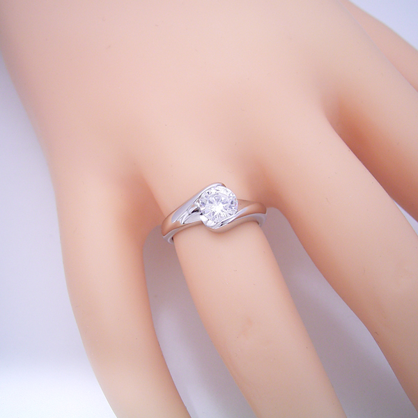 1カラット版:流れるようなラインの伏せこみタイプの婚約指輪