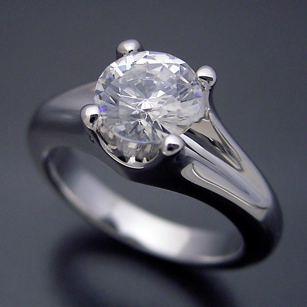 画像1: 1カラット版:隠れた4本爪デザインの婚約指輪 (1)