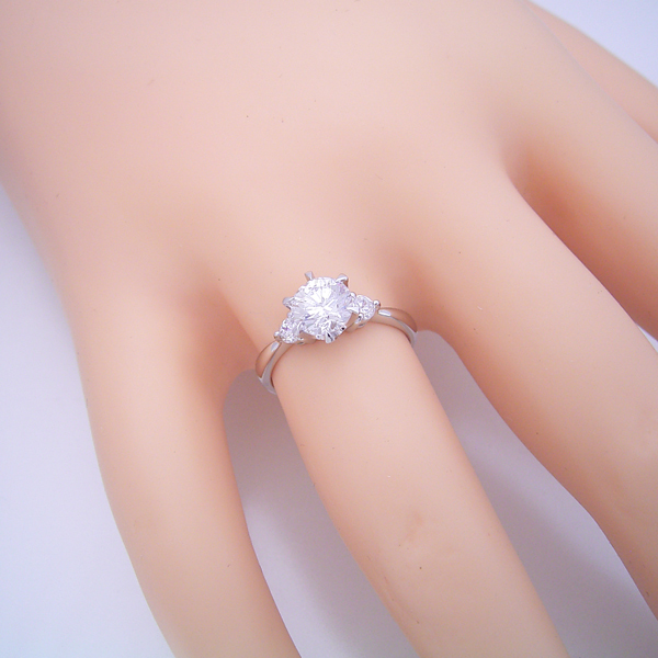 1カラット版:6本爪サイドメレスリーストーンタイプの婚約指輪