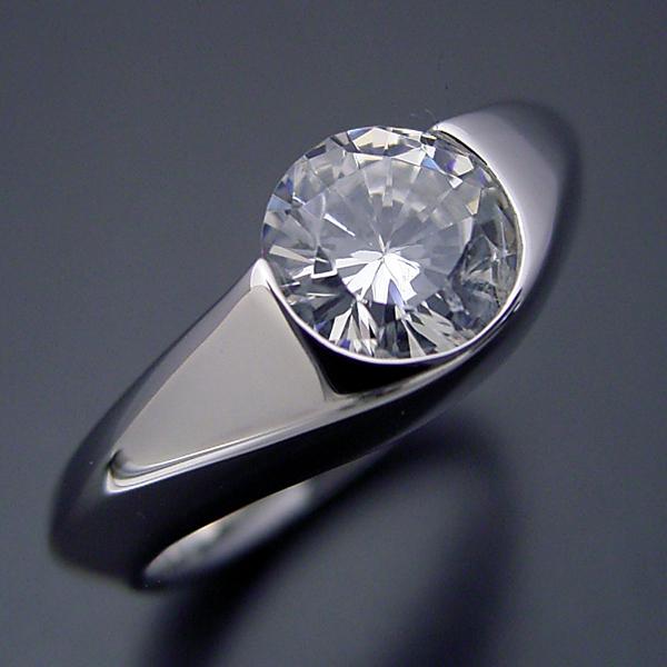 画像1: 1カラット版:少し変わった伏せこみタイプの婚約指輪 (1)