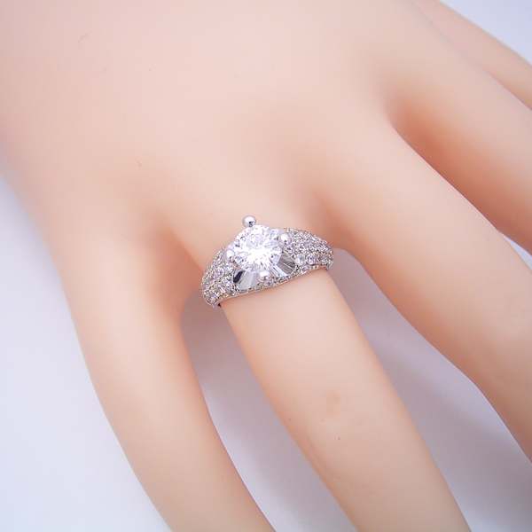 1ct版:柔らかい印象の可愛い婚約指輪