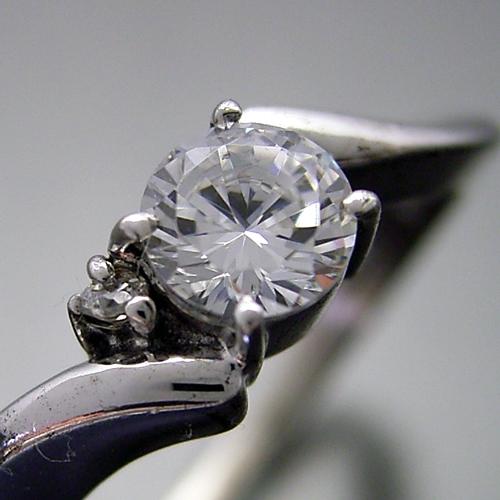 画像1: 思った以上に指が細く見える婚約指輪 (1)