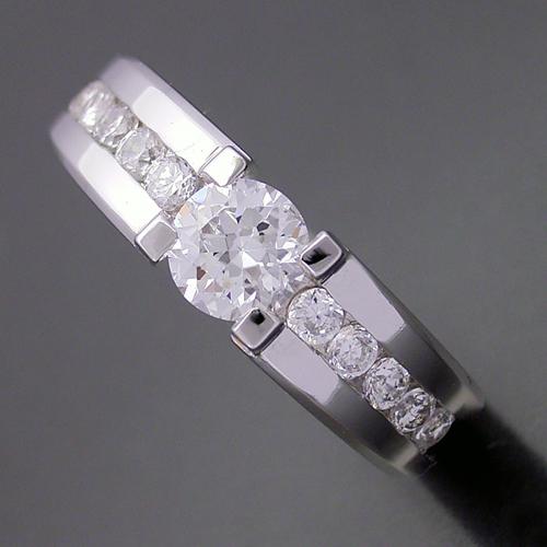 画像1: 堂々とした風格が漂う婚約指輪 (1)