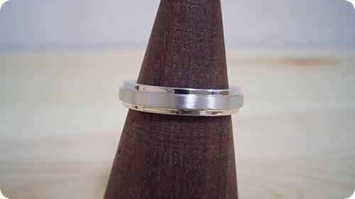 「硬質」と「シャープ」をイメージした婚約指輪