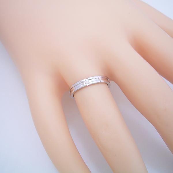 シンプルなクロスラインのダイヤモンド入り結婚指輪