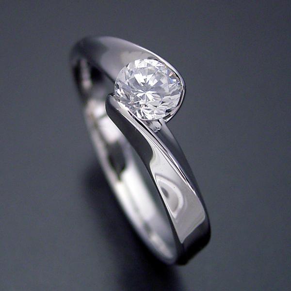 画像1: 面がシャキッとして硬質な婚約指輪 (1)