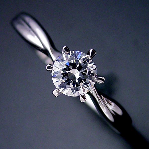 画像1: シンプルにデザインされている婚約指輪 (1)
