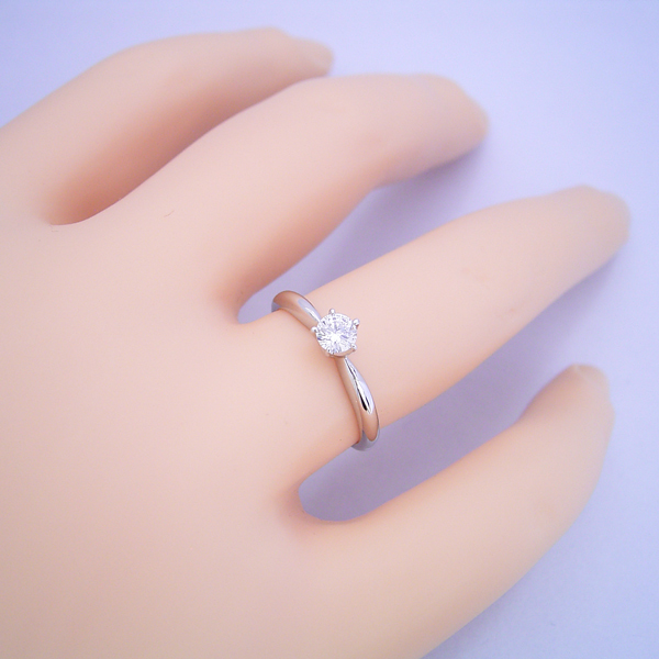 珍しい5本爪の婚約指輪