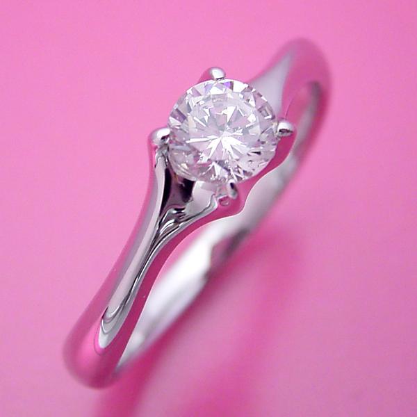 爪がしっかりとダイヤモンドを掴む婚約指輪