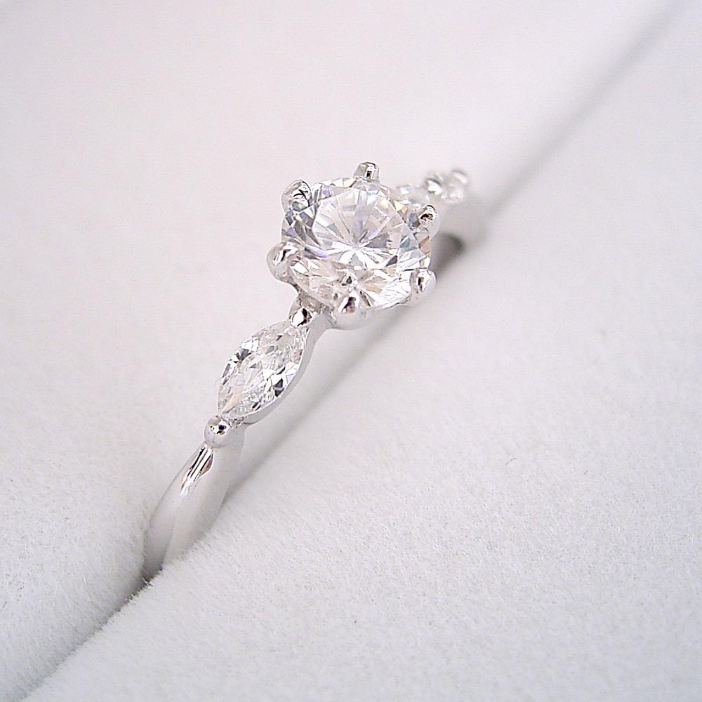 画像1: 左右のダイヤモンドの形が違う、ちょっと珍しい婚約指輪 (1)