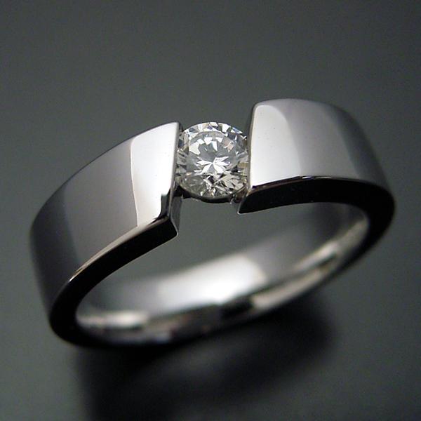 ゴツくてスタイリッシュな婚約指輪