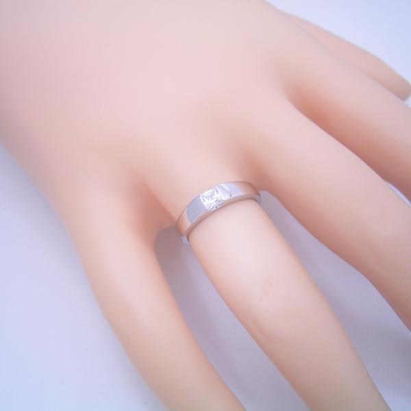 プリンセスカットダイヤモンドを使ったシンプルでスッキリとした婚約指輪