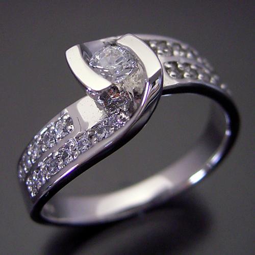 綺麗なひねり方の婚約指輪