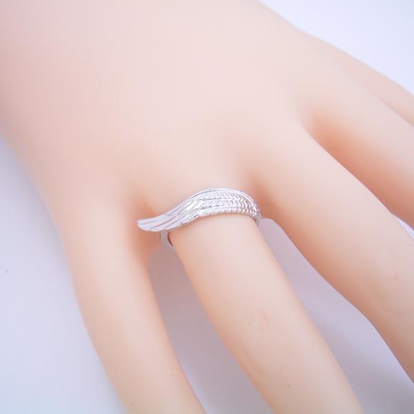 長く使える指輪としてデザインしたフェザー(羽)の結婚指輪