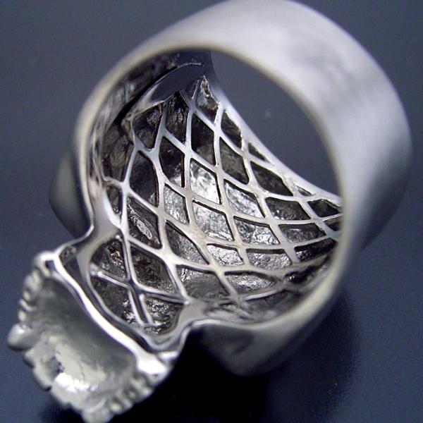 スカルをモチーフとした最高傑作の婚約指輪