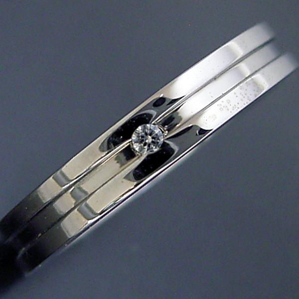 シンプルなラインのダイヤモンド入り結婚指輪