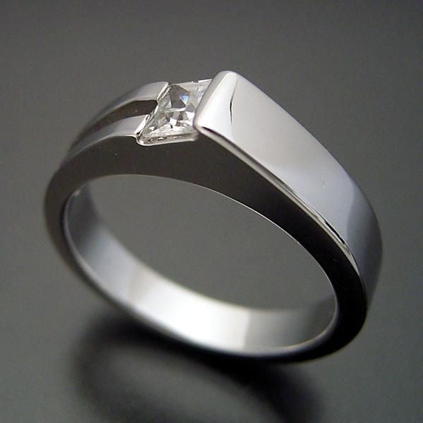 プリンセスカットダイヤモンドならではのデザインの婚約指輪