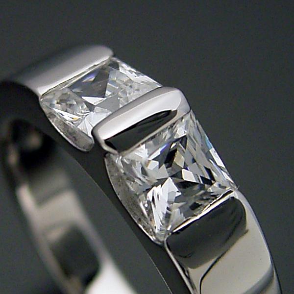 画像1: プリンセスカットダイヤモンドをスタイリッシュに使った婚約指輪 (1)