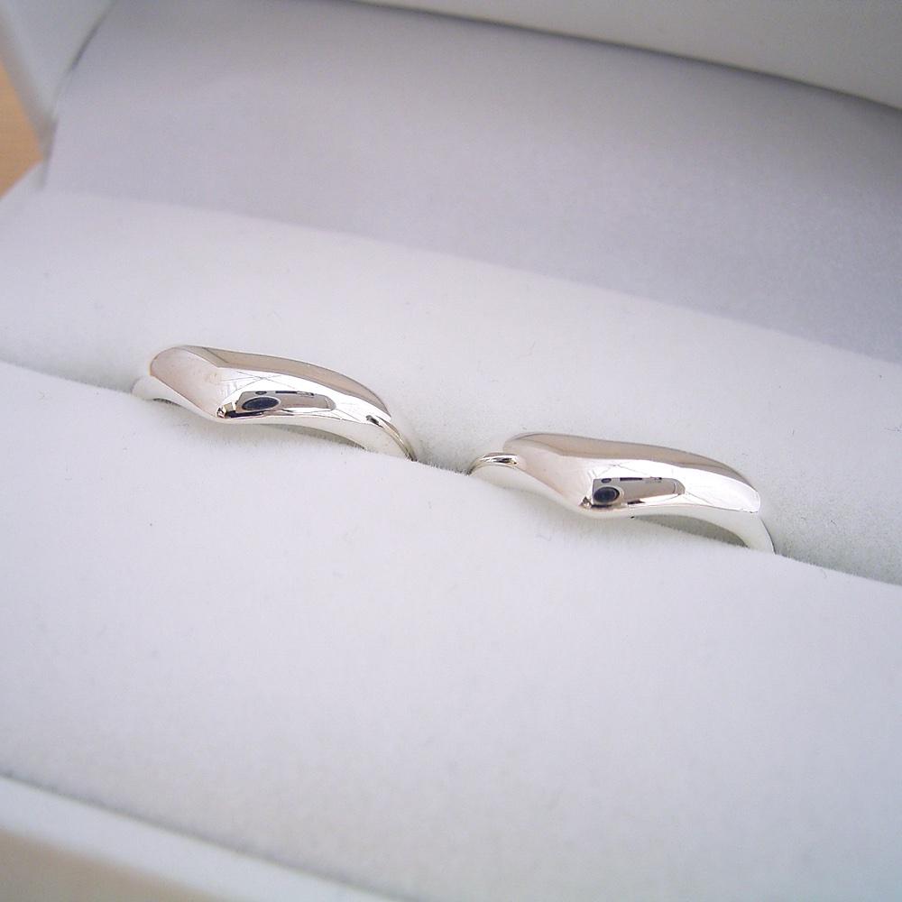 画像1: 指が長く見える、滑らかくV字ラインを描く結婚指輪のペアリング (1)