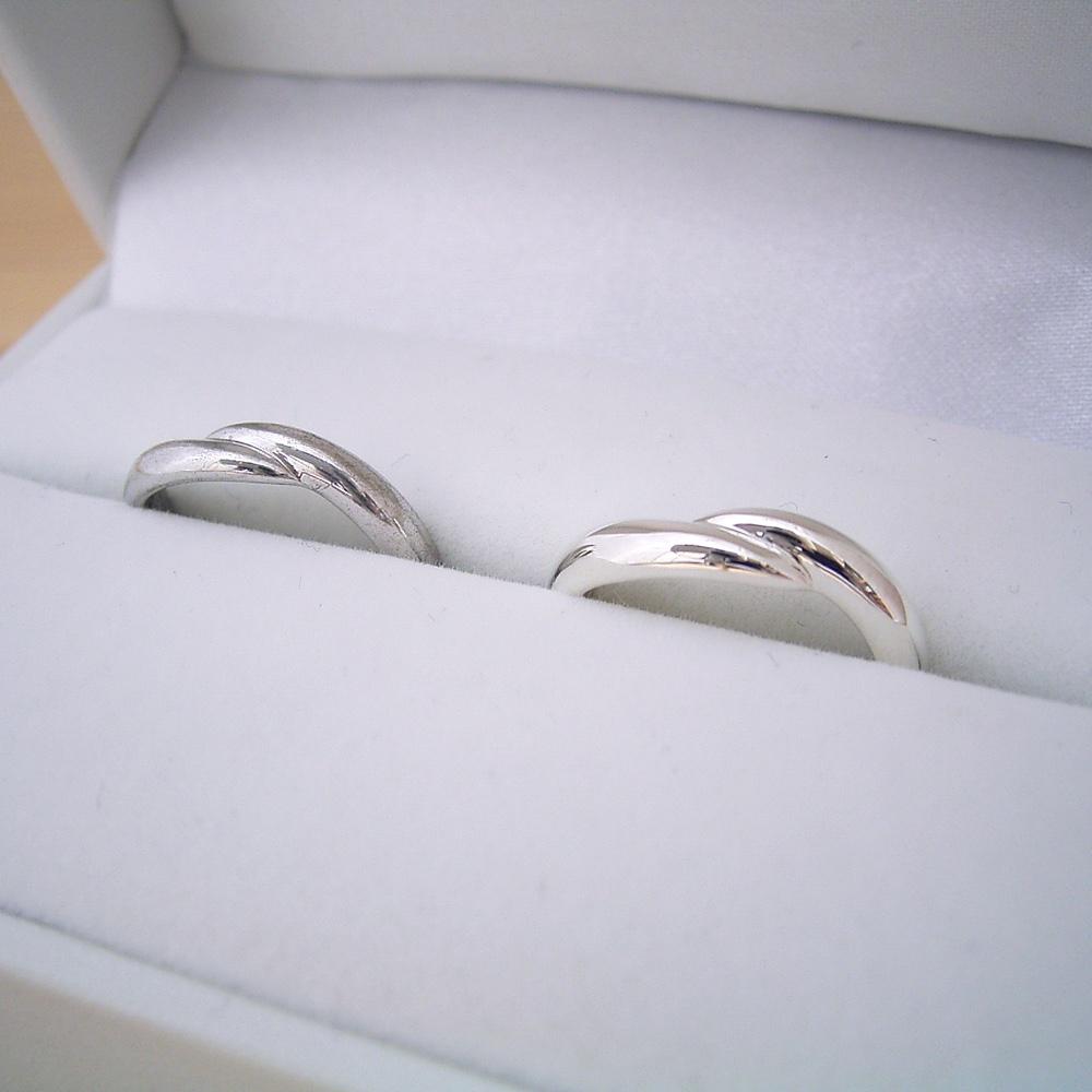 画像1: 指をしっかり抱きしめているモチーフの結婚指輪のペアリング (1)