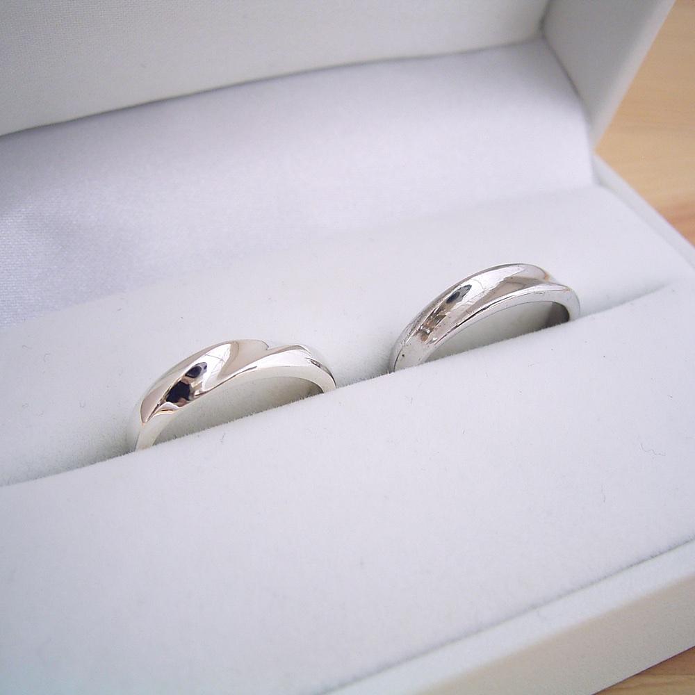 画像1: 地金にひねりを加えた塊感のある結婚指輪のペアリング (1)