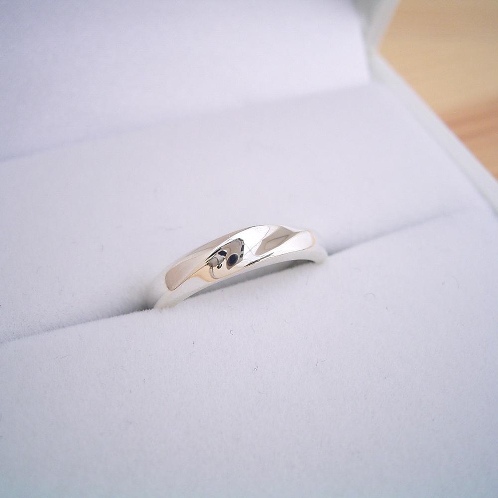画像1: 地金にひねりを加えた塊感のある結婚指輪 (1)