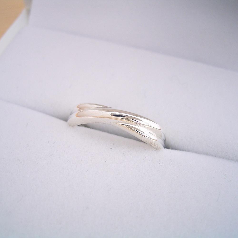 画像1: 地金を綺麗に交差させてシンプルに見せた結婚指輪 (1)