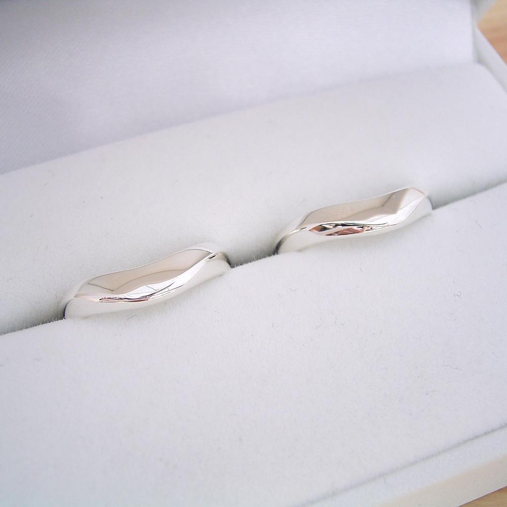 画像1: 少し硬質で指が綺麗に見えるV字ラインの結婚指輪のペアリング (1)
